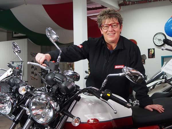 Körner Motobikes in Ottobrunn bei München, Inhaberin Karin Körner, die Chefin mit ihrer Lieblings Moto Guzzi V7