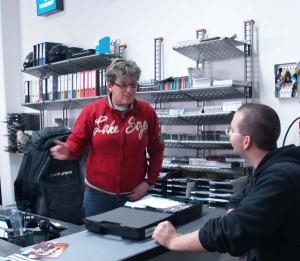 Körner-Motobikes in Ottobrunn bei München, Chefin Karin Körner im Gespräch mit Patrick Weitzel